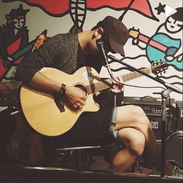 exo灿烈更新instagram 弹著吉他的少年