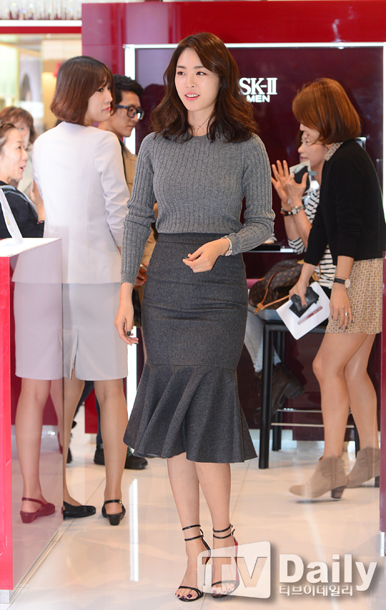 李妍熙出席活动 鱼尾裙秀臀部丰满曲线