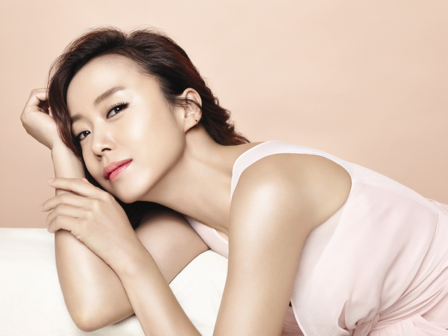 全度妍担任化妆品品牌模特拍美妆写真