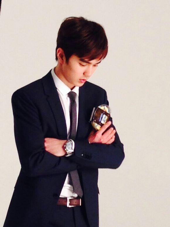 18日,俞承豪拍摄广告的现场照公开,可爱的吃相吸引了粉丝的视线.