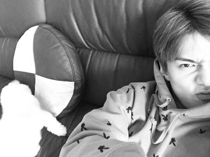 exo世勋更新自拍并感谢粉丝,表情可爱吸引关注