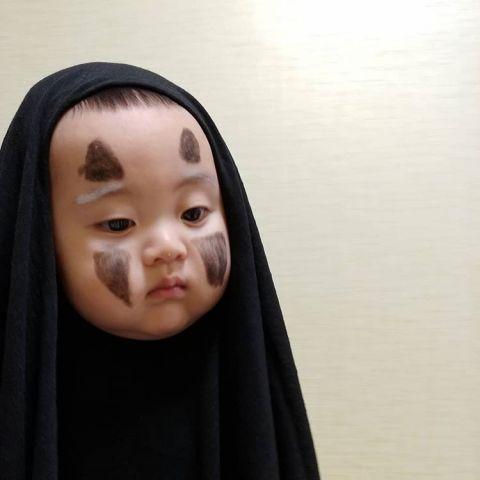 最后还是哭出来!韩国小孩被妈妈打扮成无脸男,表情连拍好无辜