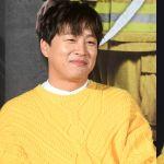 车太铉与XIUMIN隔天身穿同款暖黄色针织毛衣~看著都感到暖了!