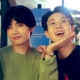 崔宇植和BTS防弹少年团V的「塑料」兄弟情!街头吃汉堡:难以置信他就是那天获奖的那个人XD