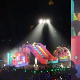 BTS防弹少年团把「大型充气溜滑梯」搬到演唱会舞台上,边玩边唱超欢乐的~!