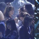 在颁奖典礼上...BTS防弹少年团V捡到Red Velvet Wendy在舞台上掉落耳环,最后还把它放回原位!