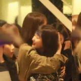 少時潤娥緊緊摟抱Red Velvet Seulgi,前輩對後輩的❤!
