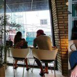 金泰希&Rain在咖啡廳約會被捕獲!Rain超有愛的看著坐在一旁老婆!