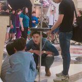李钟硕与两位小朋友蹲在片场 进行著属於孩子们的对话?
