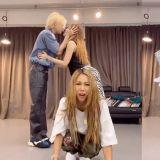 泫雅、金晓钟和Jessi一起进行《NUNU NANA》舞蹈跳战,两人还放闪!Jessi表情超好笑:「当你是电灯泡时」