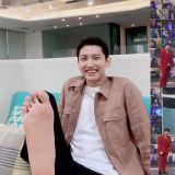 东方神起昌珉光脚看Super Junior演唱会   PO照认证超开心!