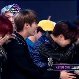 男团 Stray Kids 夺下出道后首个一位!第一时间成员们在台上相拥痛哭~