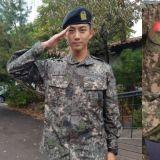 軍營照片新公開:2PM隊友探班玉澤演 姜河那敬禮角度不端正被網友批評