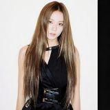 甜酷女孩怎么穿:BLACKPK JISOO给出了标准答案!这条裙子太美了~