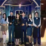 《德魯納酒店》公開充滿「奇異氛圍」的團體海報!IU、呂珍九首次拍攝花絮 互讚對方好演技