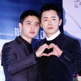【OUTFIT】《哥哥》媒體試映會:曹政奭&都暻秀齊比愛心手勢