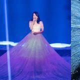 IU演唱會的一襲白裙長到鋪滿舞台,俯視角度更令人目瞪口呆!