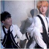 [有片]BTS成员JIN的《音乐银行》华丽上班路多亏了J-HOPE!SUGA:我做不到