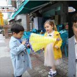 《超回》兒子昇材陷入漂亮姐姐的魅力之中…爸爸、媽媽在攝影棚「相愛相殺」!