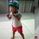 聽到颱風要來了的消息,整天戴著安全帽的大發!後來因為太害怕而哭了~