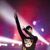 EXO KAI腿部負傷無法表演 登台向粉絲們致歉