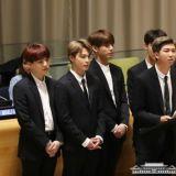 BTS RM全英文演講背後的緊張!表面平靜手卻出賣了他