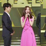 《MBC歌谣大祭典》珉豪帮润娥把头上的纸花拿下来!粉丝:「太绅士了,令人心空!」