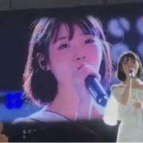 IU表演時突然聽到台下一陣驚歎 這個反應也太可愛了吧