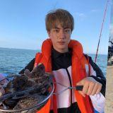 說好分開休假結果還是貼在一起! BTS防彈少年團Jin&SUGA一同出海釣魚