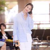 克拉拉藍衣白褲清新亮相機場 笑容滿面心情好