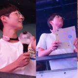 朴寶劍再次變身「小迷弟」啦!拿著手燈、手幅,為在香港舉行演唱會的BTS防彈少年團應援!
