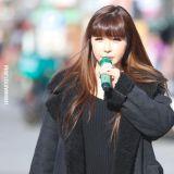 朴春在新村街头快闪表演「开全麦」展现好实力!手里还拿著2NE1时期的绿色麦克风啊!