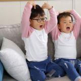 在廣告拍攝現場對爸爸撒嬌的可愛三胞胎