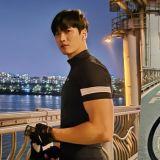 安普賢夜晚漢江邊騎單車 壯碩手臂肌肉引矚目!