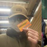 體驗平凡的日常生活!BTS防彈少年團V摘下口罩搭地鐵,照片一公開...也在網路上引發討論!