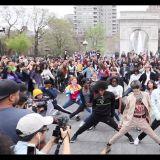 紐約街頭素人們一起隨機舞蹈,結果SM人氣男團出現全場狂尖叫~!