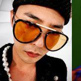 G-Dragon公開近況正臉照!再次秀出獨特的時尚穿搭:手鏈疊戴&紅襪配黑色樂福鞋