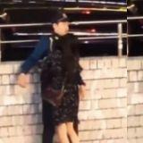 韓國警察慘遭醉酒女熊抱完全不敢動~雙手張開堅決不碰:擔心被罵性騷擾!