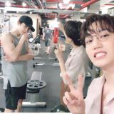 EXO KAI於SNS分享燦烈合照!除了兩位吸睛的美男…還有那快比臉大的手臂!