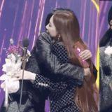 太妍在台下准备好花,一上台就拿给秀英!主持人金希澈也说:「希望少女时代以后也永远在一起」
