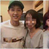 中國媒體批露宋仲基近況照片     戴綠色帽子與美女親切合影