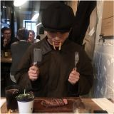 泰亨倫敦餐廳網帥照,模仿吸血鬼超可愛