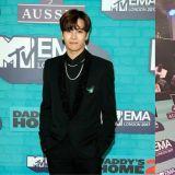 原來手燈也是紅毯的時尚配件!Jackson出席「2017 EMA歐洲音樂獎」配戴GOT7的迷你手燈!