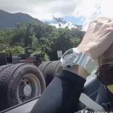 水晶主唱姜成勛在夏威夷開車也好帥氣