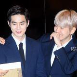 【有片】「先笑再说」!EXO成员看到自己纪念币的反应:KAI惊讶捂嘴,伯贤和SUHO笑到弯腰