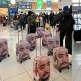 柳炳宰公开与YG喜剧组的行李箱保护套,全都是他的脸啊XD 也让网友:「哪里可以买得到呢?」