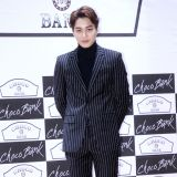 《CHOCO BANK》發佈會:EXO KAI穿格紋西裝帥氣逼人