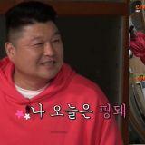 《新西游记8》姜镐童向「爸爸」宋旻浩借了粉红色运动服!穿起来超可爱,他更表示:我能驾驭的了啊 XD