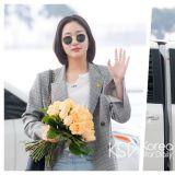 「機場時尚」手捧鮮花的鬼怪新娘!金高恩帥氣又嬌美
