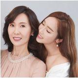 Jessica首度公開媽媽合影:果然一家都是美女,根本姊妹